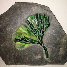 Mein neues Gingkoblatt #mosaik #mosaique #mosaique #mosaic #gingko #gingkoleave #gartenmosaik #fineart #mosaikart #mosaikstein #glasmosaik #mosaicglass