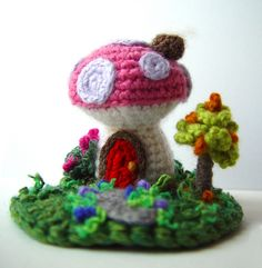 Crochet Pink Mushroom House Created by Sandy Meeks, DeviantArt - meekssandygirl Crochet Fairy, Crochet Home, Cute Crochet, Crochet Crafts, Crochet Dolls, Crochet Projects, Knit Crochet, Crochet Mushroom, Pink Mushroom