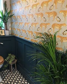 Leopard wallpaper by Cole and Son in the amazing bathroom of Leopard Tapete von Cole and Son im tollen Badezimmer von Wallpaper Toilet, Leopard Wallpaper, Of Wallpaper, Cloakroom Wallpaper, Wallpaper Plants, Wallpaper Jungle, Small Bathroom Wallpaper, Hallway Wallpaper, Interior Wallpaper