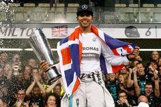 Pin for Later: Seid ihr schon genauso verrückt nach Lewis Hamilton wie Kendall und Gigi? Er ist ein Formel 1 Weltmeister Heiße Männer und schnelle Autos? Ganz schön heiß!