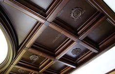 Деревянный потолок с кессонами разного размера - Винчелли Decorative Brackets, Shelf Furniture, Crown Molding, Ceiling Design, Sweet Home, New Homes, Woodworking, Doors, Tray Ceilings