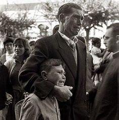 """Conocida foto por reflejar la tristeza y amargura de la emigración que sufrió Galicia. """"Se emigra para sobrevivir. Y mientras se sobrevive, no se vive"""""""