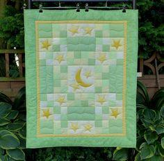 grüne Patchwork Babydecke, Krabbeldecke 'Mondl' von Quilts and Art - fantastisches Patchwork für Ihr Zuhause auf DaWanda.com