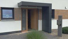 Bautafel: Eingangsüberdachung in L-Form Verkleidung: Trespa-Fassadenplatten Einbau: Beleuchtung (IP 65) oben Aussparung des Fliesenspiegels an der Wand Montage an Wand mit Wärmeverbundsystem