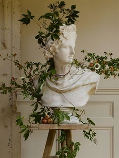 art fotografia Old-world art inspires the seasons most sensational winter floral designs, as in this holiday-themed bust. Plant Aesthetic, Aesthetic Art, Aesthetic Pictures, Aesthetic Statue, Aesthetic Vintage, Aesthetic Green, Aesthetic Fashion, Artemis Aesthetic, Aesthetic Drawings