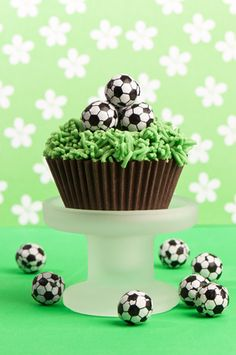 An easy soccer cupcakes idea for a sports themed birthday! Pipe green frosting to create the grass of the soccer field and top with miniature soccer balls. Boys Birthday Cakes Easy, Football Birthday Cake, Sports Theme Birthday, Cakes For Boys, Birthday Fun, Boy Cakes, Soccer Cake, Soccer Party, Sports Party