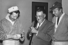 """1966: Danny Kaye krijgt klaarblijkelijk een baseball van baseball-""""fanaat"""" Walter O'Malley. Walter O'Malley was destijds de eigenaar van The Dodgers en nog een hele hoop meer......De man rechts is Harvey Korman."""