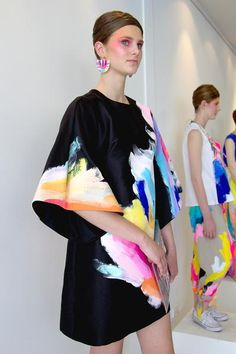 painted fabric Tiff Manuell X AFF Look Fashion, Fashion Art, Womens Fashion, Fashion Painting, Fashion Installation, Painted Clothes, Mode Inspiration, Colorful Fashion, Couture Fashion