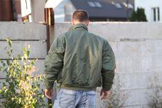 CWU má zosilnené švy a golier, ktorý sa dá zdvihnúť a tým zabrániť fúkaniu na krk. http://www.armyoriginal.sk/2879/125086/letecka-bunda-bombera-cwu-basic-olivova-mil-tec.html