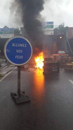 insolite panneau allumer feu manifestation palette