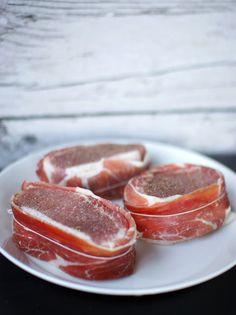 Iberico-porsaan ulkofilee espanjalaisittain, batatas bravas, mojete ja mojo rojo — Familia Grapefruit, Food, Essen, Meals, Yemek, Eten