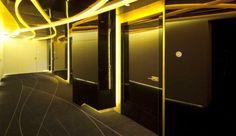 Banco con diseño futurista