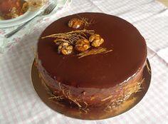 VÍKENDOVÉ PEČENÍ: Ořechový dort s čokoládovou pěnou, hruškami a karamelovou polevou