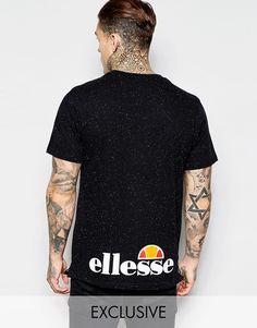 T-Shirt von Ellesse weiches Jersey Material mit Noppenstruktur Rundhalsausschnitt Markenlogo reguläre Passform - entspricht den Größenangaben Maschinenwäsche 97% Baumwolle, 3% Polyester Unser Model trägt Größe M und ist 185,5 cm/6 Fuß, 1 Zoll groß exklusiv bei ASOS