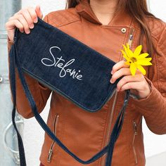 Die persönlich bedruckte Jeanstasche ist eine tolle Geschenkidee für Mädchen und Frauen. Die robuste Handtasche bietet durch unterschiedlich lange Henkel verschiedene Tragevarianten und kann durch das zweifarbige Wechseldesign immer wieder variiert werden.
