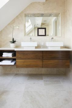 travertin fliesen badgestaltung ideen waschtisch aus holz - Fliesengestaltung Bad