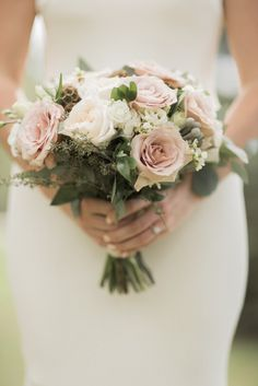 Gorgeous neutral wedding bouquet | blush wedding bouquet