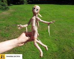 Mumie Puppe Mädchen Halloween beweglich posierbar Bandagen Ägypten Pyramide hangemacht Unikat von Jerseydays Figur Grusel Spuk untot Geist