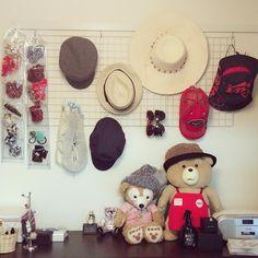 帽子の数が増えてくると、収納の仕方に悩みますよね。重ねておいてあると、下の方の帽子が取り出しにくくなったりしませんか? そこで、今回の【kufura収納調査隊】は、収納上手な達人たちが実践している帽子の収納術について調査してきました。達人たちのInstagramを参考にしながら、上手に収納していきましょう! Instagram
