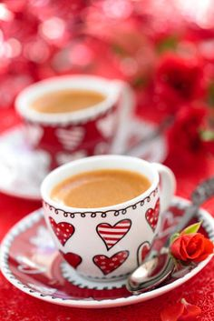 Coffee for Valentine day. - Cups of coffee and roses for Valentine day. Coffee Heart, I Love Coffee, Coffee Break, My Coffee, Morning Coffee, Days Of A Week, Pause Café, Coffee Stock, Coffee Pictures