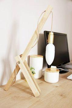 Une jolie idée de réalisation avec cette lampe en bois pour le bureau. C'est le DIY du mercredi! Une lampe en bois originale À partir de simples tasseaux