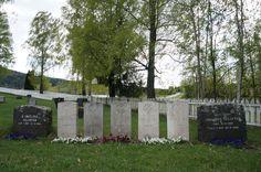 Minnestein og gravminner eller 6 soldater, 1 norsk og 5 britiske, som ble drept av tysk granat i Biri 22. april 1940.