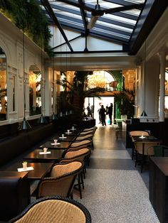Come inside the luxury Bar Hemingway Ritz Paris and discover a world of luxury service and bar interior design in Paris. Cool Restaurant, Luxury Restaurant, Restaurant Interior Design, Commercial Interior Design, Restaurants In Paris, Chrysler Building, Paris Bars, R Cafe, Museum Cafe