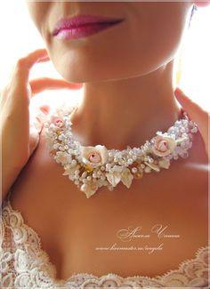 Нежное свадебное колье с бледно-розовыми розами  Колье для невесты с нежно-розовыми розами и листьями