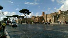Quando si considera un'esistenza come quella di Roma, vecchia di oltre duemila anni e più, e si pensa che è pur sempre lo stesso suolo, lo stesso colle, sovente perfino le stesse colonne e mura, e si scorgono nel popolo tracce dell'antico carattere, ci si sente compenetrati dei grandi decreti del destino. (Goethe)