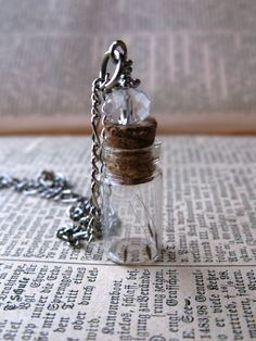 Dandelion Seed Glass Bottle Necklace - Dandelion Seeds in Tiny Vial - Pressed Flower Jewelry - Glass Bottle Pendant - Botanical jewelry Bottle Jewelry, Bottle Charms, Bottle Necklace, Bottle Art, Diy Necklace, Necklaces, Mini Glass Bottles, Small Bottles, Glass Vials