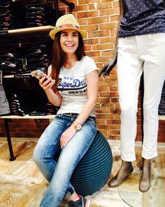 Outfit der Woche! T-Shirt mit Label-Print: Superdry – gebleachte Jeans: Pepe - Nietengürtel: Cowboysbelt - Strohhut: Seeberger #fashion #ootw