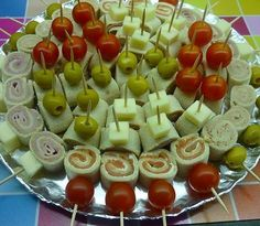 Interesting way to serve pinwheels. Party Finger Foods, Finger Food Appetizers, Snacks Für Party, Appetizers For Party, Appetizer Recipes, Canapes Faciles, Aperitivos Finger Food, Food Platters, Food Decoration