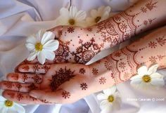 Henna Mehndi is traditionally used by South Asians.Find pakistani, indian henna mehndi patterns and tatoos Round Mehndi Design, Simple Arabic Mehndi Designs, Indian Mehndi Designs, Beautiful Henna Designs, Bridal Mehndi Designs, Mehndi Designs For Hands, Indian Henna, Eid Henna, Easy Mehndi