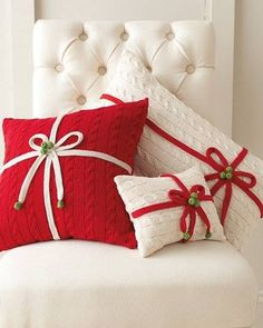 Lovelly Red Christmas Pillow Design Ideas For Your Holiday Mood 42 Noel Christmas, Christmas Pillow, Christmas Projects, White Christmas, Xmas, Beautiful Christmas, Christmas Sweaters, Christmas Ideas, Crochet Christmas