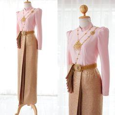 ชุดไทยบรมพิมาน ผ้านุ่งแท้ยกดิ้นทองสีกลีบบัว  ลายเถาว์เล็กเพิ่มความหวาน พร้อมเครื่องประดับพลอยเข้าสีชุด  จะห่มสไบปักทับ… Thai Wedding Dress, Wedding Dresses, Oriental Dress, Thai Traditional Dress, Thai Dress, Lolita Dress, Fashion Outfits, Womens Fashion, Cute Outfits