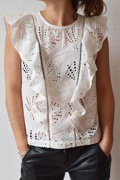 Mode Top, White Tops, Ruffle Blouse, Women's Fashion, Couture, Cool Stuff, Sewing, Clothes, Outfits