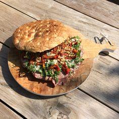 Turks-brood-taart met rosbief en truffelmayonaise.. hmmm...