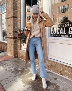 Winter Coat Outfits, Jeans Outfit Winter, Winter Fashion Outfits, Fall Outfits, Beige Outfit, White Coat Outfit, Outfit Invierno, Mein Style, Mode Outfits
