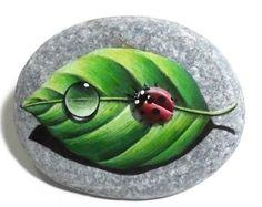Dipinto pietra coccinella con goccia di acqua su di RockArtAttack