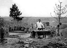 Un aumônier militaire célèbre une messe devant des soldats français, dans les carrières du Soissonnais en Picardie. (Co) Rue des Archives/Tallandier