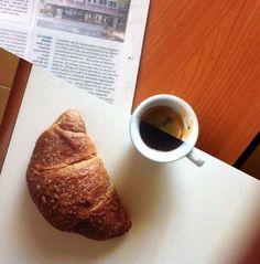 La colazione è forse il pasto più rituale della giornata: appena sveglio un bicchiere d'acqua e un caffè, (che bevo in generale senza zucchero); quando esco di casa faccio tappa in un bar per il secondo caffè e una brioche alla marmellata, a rendere il momento perfetto, un giornale da sfogliare un pò distrattamente. Quando ho una brioche a casa passo comunque al bar ma solo per un caffè Può iniziare la giornata. :)
