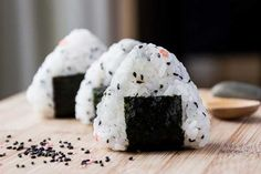 Simple Onigiri Rice Ball Snack - This FUN snack is great to make in the morning and take to work for lunch or afternoon snack. Eat by itself or dip it in some soy sauce. Vegetarian. | wandercooks.com