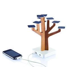 Design-Bambusbaum mit 9 Blättern aus Solarzellen lädt Handy, MP3-Player und vieles mehr per USB-Anschluss auf.