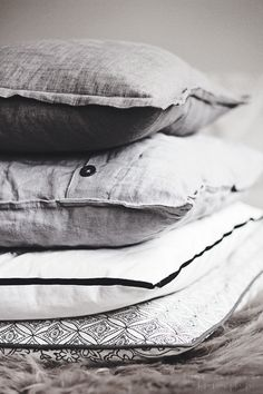 Pillows for sweet dreams Textiles, Kent Homes, Linens And More, Gray Interior, Scatter Cushions, Wabi Sabi, Floor Rugs, Soft Furnishings, Shades Of Grey