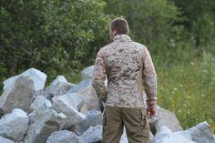 Na tejto snímke je zobrazená bunda zo zadu. Vidieť na fotke, že bunda je šitá tak aby sa prispôsobila telu. http://www.armyoriginal.sk/1732/52953/bunda-cdj-combat-digital-desert-helikon.html
