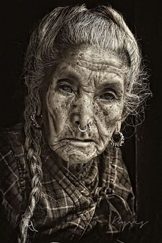beauty lies beneath the years - a face can fill a book people and white portrait photography photography people Old Faces, Many Faces, White Photography, Portrait Photography, Foto Portrait, Interesting Faces, People Around The World, Belle Photo, Beautiful People