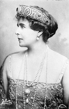 Marie of Romania 1876 Wearing the great Cartier diadem with the 137 carat central sapphire originally made in 1909 for her aunt Grand Duchess Vladimir. That is a serious tiara. Royal Crowns, Royal Tiaras, Tiaras And Crowns, Queen Mary, King Queen, Romanian Royal Family, Alexandra Feodorovna, Royal Jewelry, Jewellery