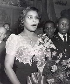 Marian Anderson - Awesome Contralto who sang on steps of the Lincoln Memorial at the request of Eleanor Roosevelt after being denied permission to sing in front of an integrated audience in Constitution Hall by the DARS. Endurance does pay off. Women In History, Black History, Marion Anderson, African American Women, African Americans, Opera Singers, Thats The Way, African American History, Interesting Faces