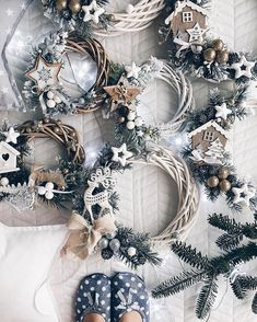 Hottest Totally Free small Christmas wreaths Suggestions Did you know you actually will make your Yuletide wreath? Christmas wreaths increase a lot enjoyment Christmas Makes, Winter Christmas, Christmas Time, Diy Christmas Gifts, Holiday Crafts, Christmas Ornaments, Ideas Decoracion Navidad, Navidad Natural, Xmas Wreaths