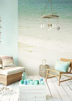 Strand fotoprint, meubels van gebleekt hout en zachte blauwen. Ibiza interieur